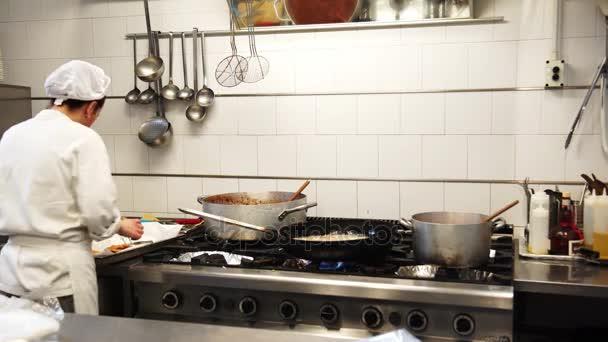 Ženské cook smažení nějaký kuřecí řízečky v oleji v Itálii, 4k