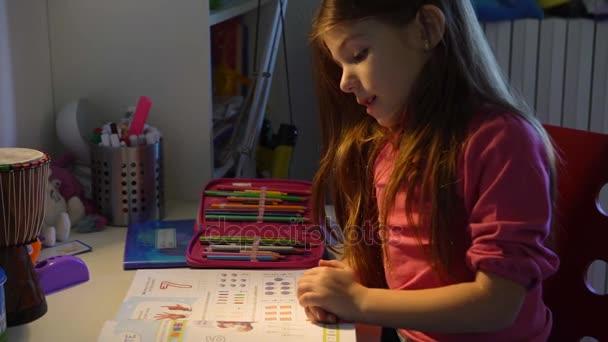 Malá holčička dělá svůj domácí úkol, Selektivní ostření