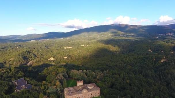 Luftaufnahme, wunderschöne italienische Burg von Sammezzano, mittelalterliche Architektur gefilmt mit Drohne, 4k