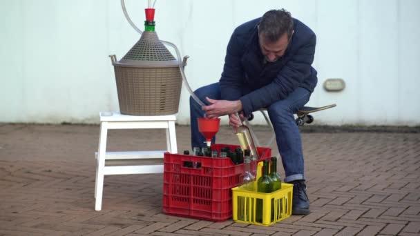 Muž s plnovousem, plnění některých lahví vína s bílým vínem, Selektivní ostření