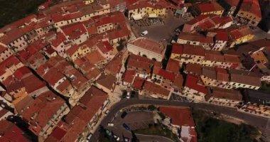 Letecký snímek náměstí malého města Capoliveri na ostrově Elba, Toskánsko, Itálie, 4k