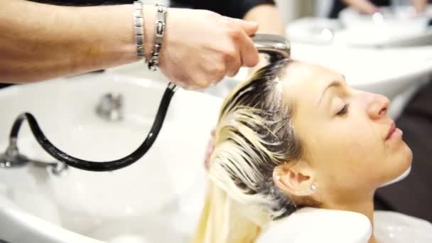 Mladá krásná žena, jak jí vlasy umýt na kadeřníky, 4k