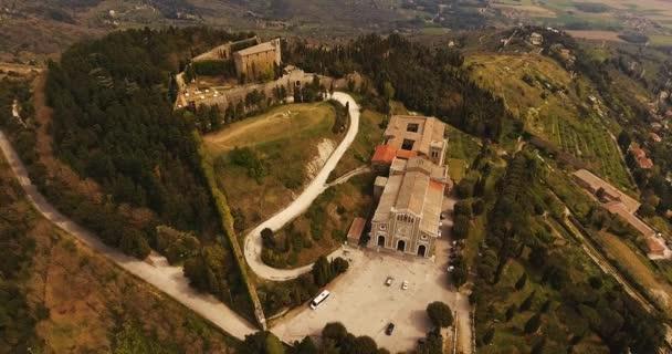 Aerial shot, basilica di Santa Margherita e Medici fortezza di Girifalco a Cortona in Toscana, Italia, 4K