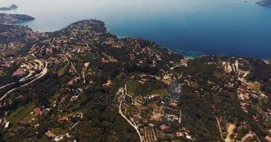 Letecký snímek krásný ostrov Elba s jeho nádhernou rajský moře v Toskánsku, 4k