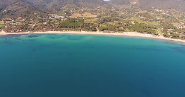 Letecký snímek krásné pláže na ostrově Elba s jeho nádhernou rajský moře v Toskánsku, 4k
