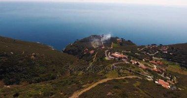 Letecký snímek krásný zelený ostrov Elba s jeho nádhernou rajský moře v Toskánsku, 4k