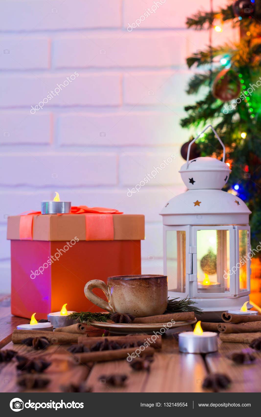 Weihnachtsschmuck mit Tasse Kaffee, orange Geschenk-Box, Lampe mit ...
