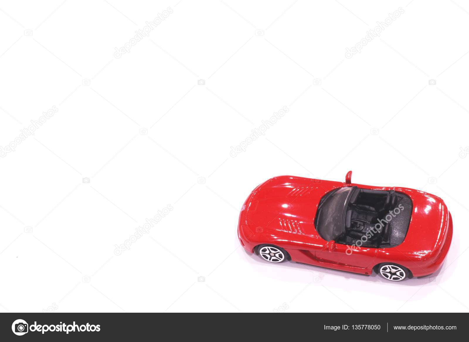 Açık Bir Top Ile Kırmızı Oyuncak Araba Stok Foto Mdsfotograf