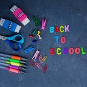 Školní potřeby na modrém pozadí. Dřevěná písmena? Zpátky do školy koncept