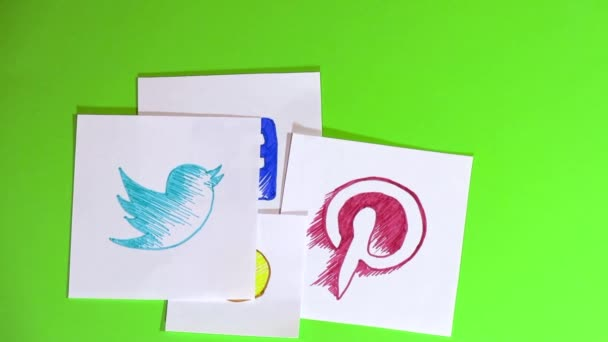Umístění kousky papíru s logem sociálních sítí. Různých sociálních sítí a emotikony