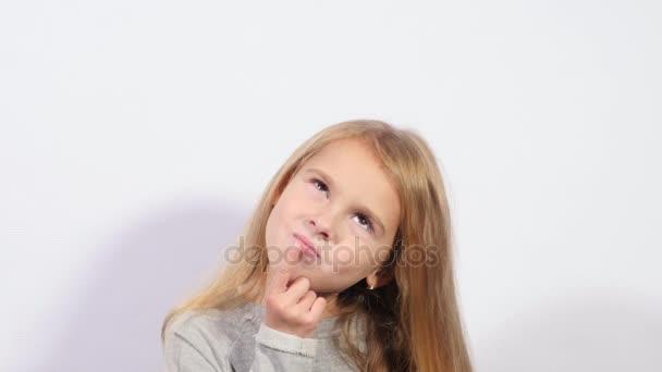 Okouzlující dívka myšlení. Najít nápady a řešit problémy. Uzavřít se dívka grimasy na bílém pozadí