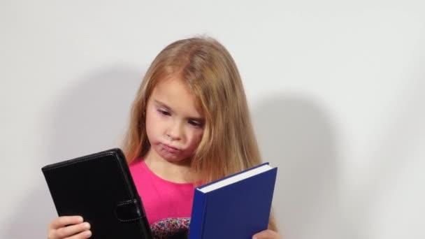 Kislány közötti választás könyv és tabletta. Könyv vagy tabletta. Könyv vagy Ebook. Papír vagy elektronikus könyv