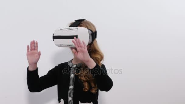 Junge blonde Mädchen spielen Spiel mit Vr-Helm für Smartphones