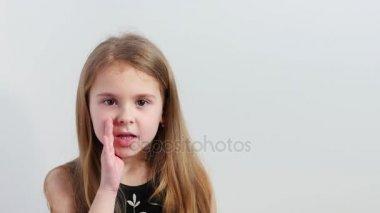 Atraktivní holčička šeptá do kamery