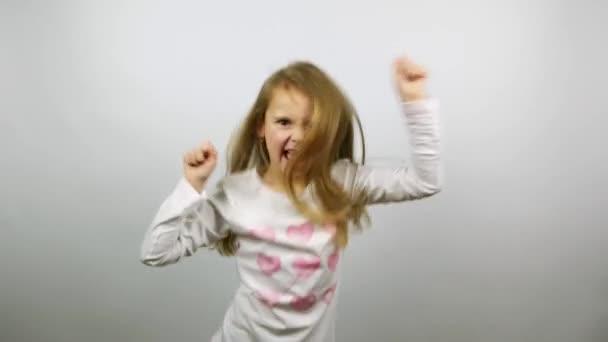 Vicces gyerek tánc. Fiatal lány öröm győzelem szórakoztató