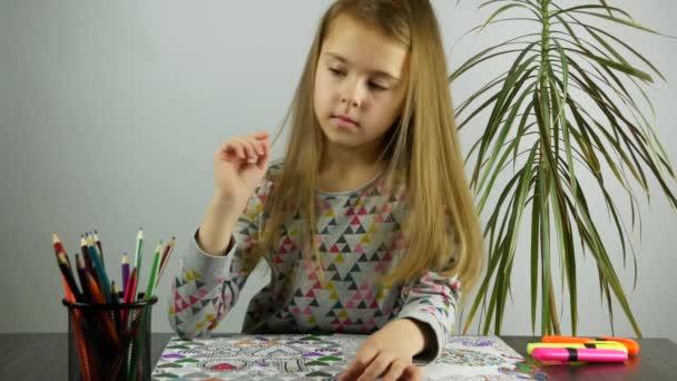 Krásná dívka kreslí s barevné tužky. Stres úlevu. Pohled zepředu.