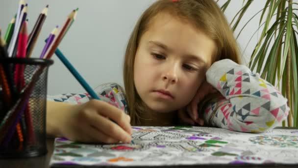 Smutná dívka se snaží odvést pozornost od negativních nakreslením