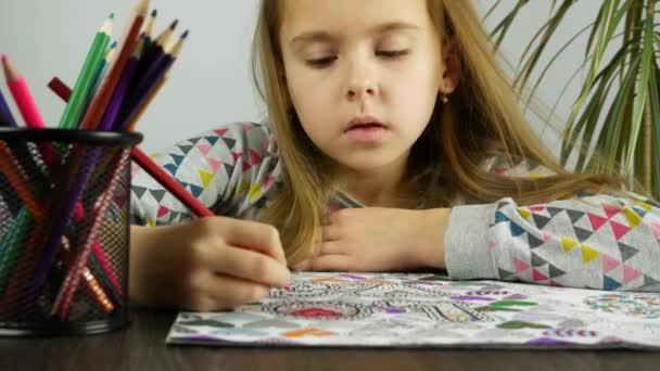 Detailní záběr roztomilé dítě zbarvení anti stres knihu. Koncept psychické relaxace.