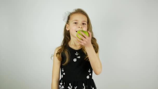 Mosolygó lány szaftos zöldalma eszik, és azt mondja, Yum. Ropogó, ha a harapás alma. Eredeti hang