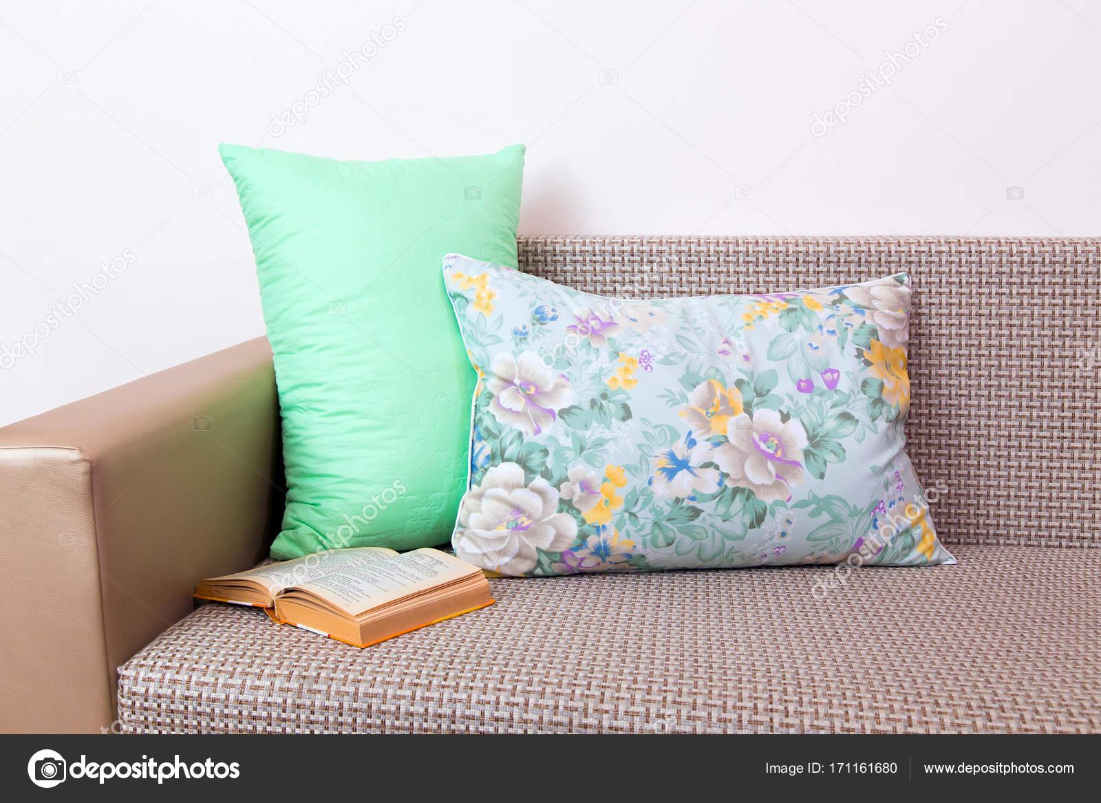 Bambus Kissen Auf Sofa Stockfoto C Bob Sato 1973 171161680