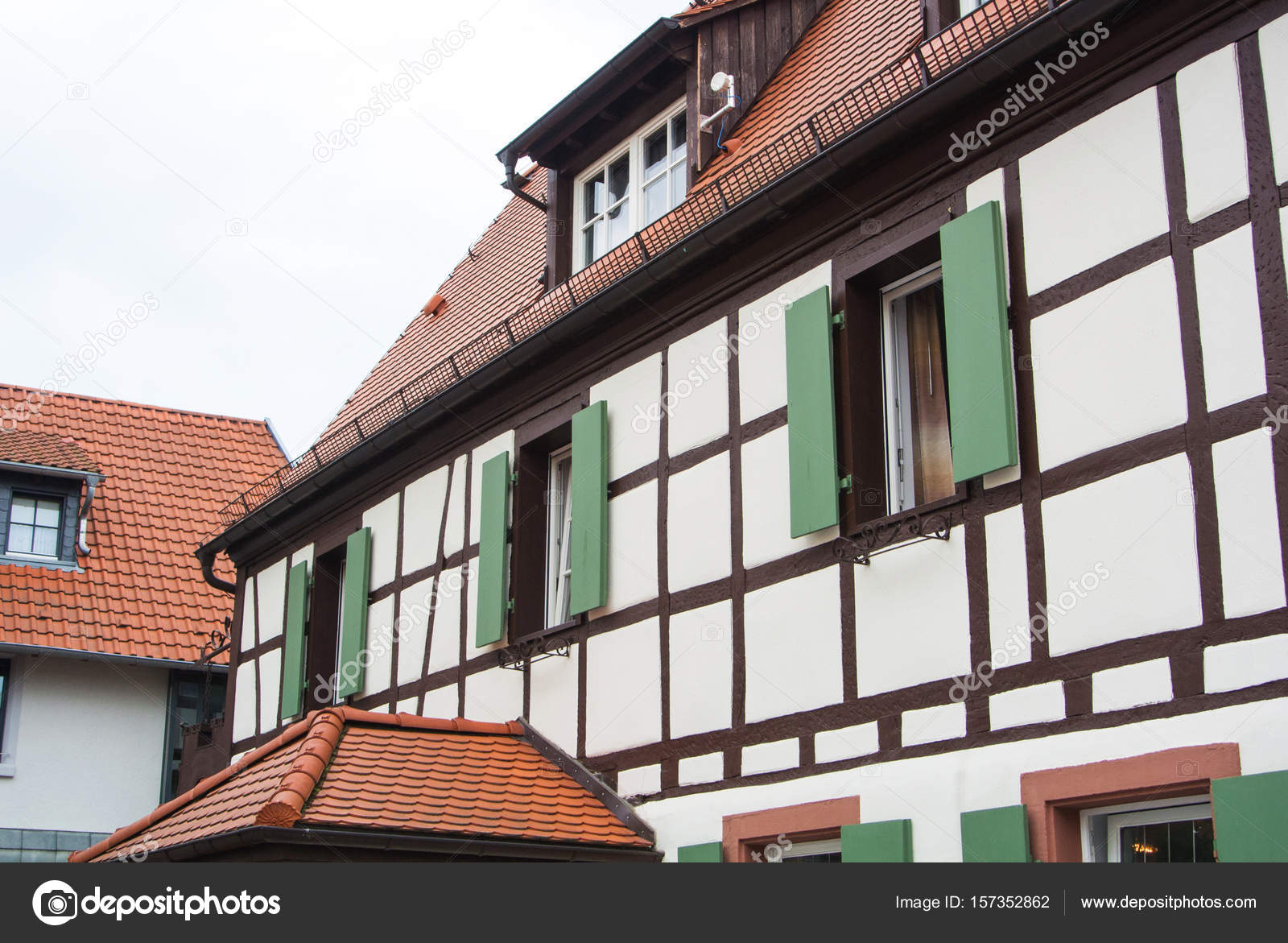 Traditioneel duits dorp vakwerkhuis met houten decoratie en groene