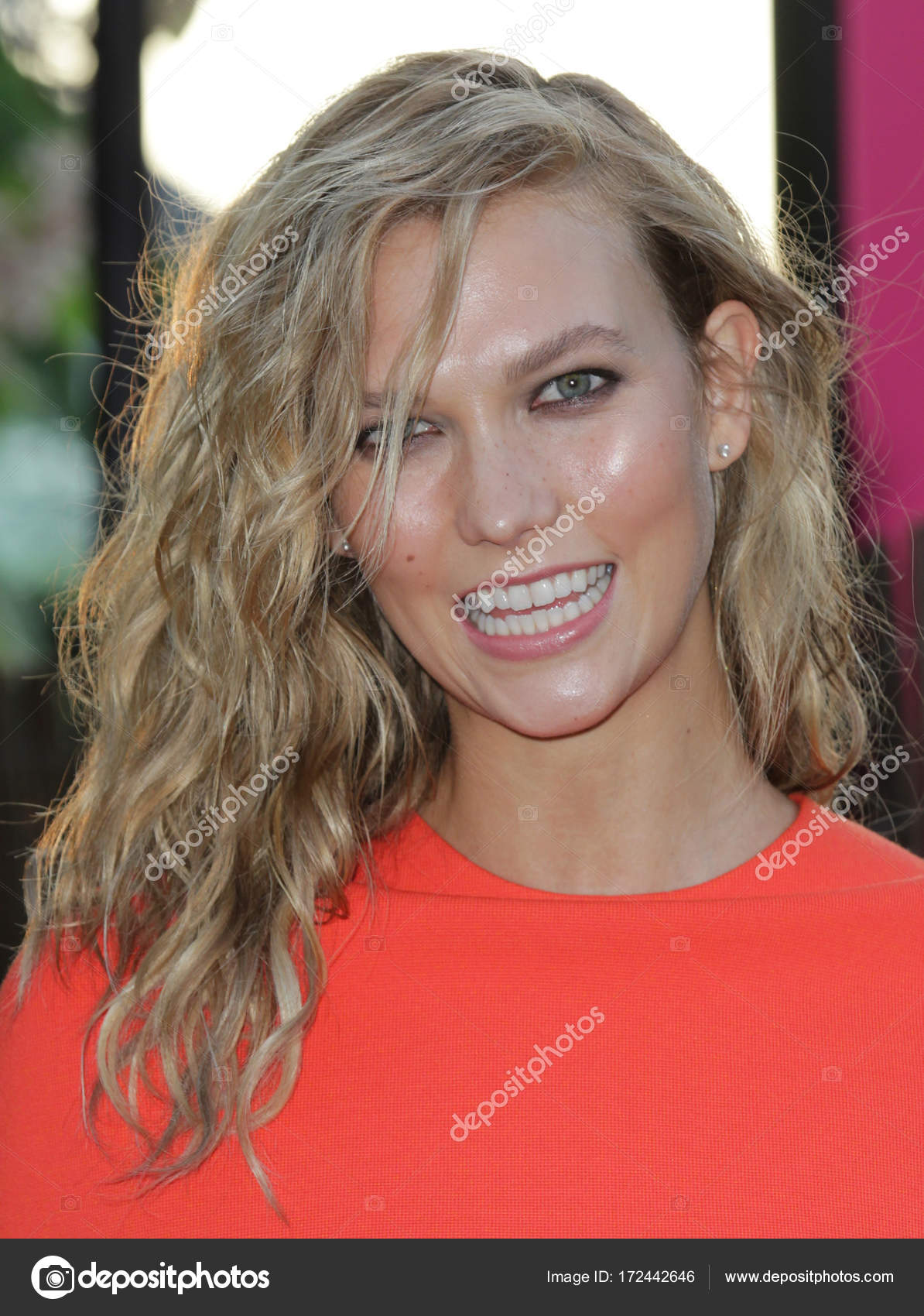 LONDON - JUL 2, 2015: Karlie Kloss attends the Serpentine Gallery Summer Party at Kensington Gardens on Jul 2, 2015 in London — Photo by ...