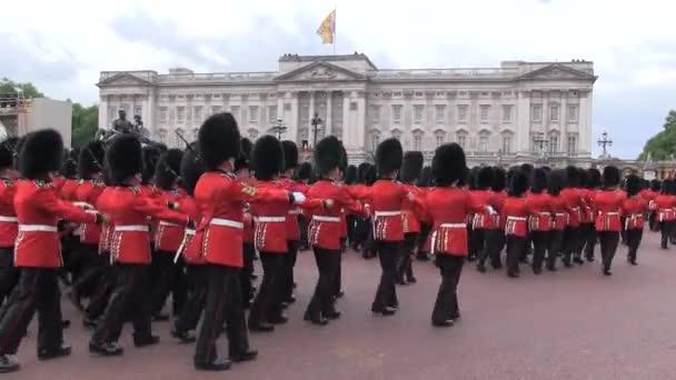 LONDÝN - 15. června 2013: Celkový pohled na výroční ceremoniál Trooping the Colour Ceremony v Buckinghamském paláci v Londýně