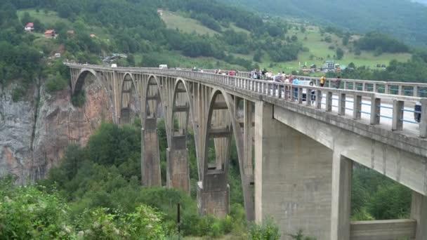 Černá Hora září2019. Tara kaňon Durdevica most nad řekou Tarou. stock video