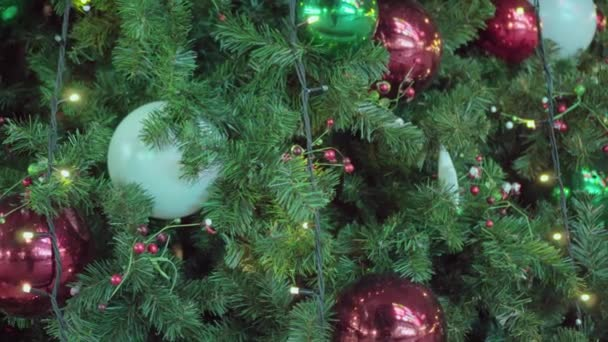 Vánoční strom zblízka zdobené hračky