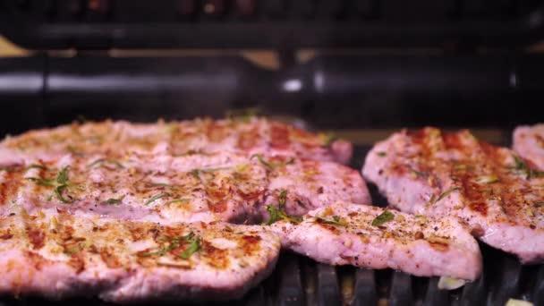 Detailní záběr produkce vepřového. Vepřový steak smažený na grilu