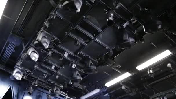 Reflektory, hlavy, skenery na stropě malé divadelní a koncertní sál