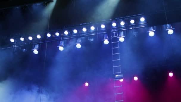 Osvětlovací zařízení na scéně. Kouř a modré a červené reflektory. Hudební show, koncert, výkon.