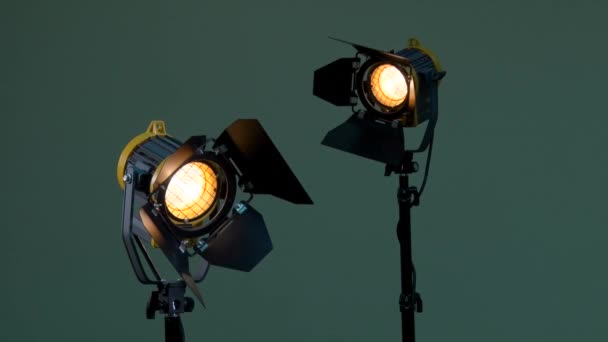 Two lights with Fresnel lenses. Halogen lamp. Activation of the device. Power adjustable with dimmer switch. Off. Photography, videography, filming, shooting.