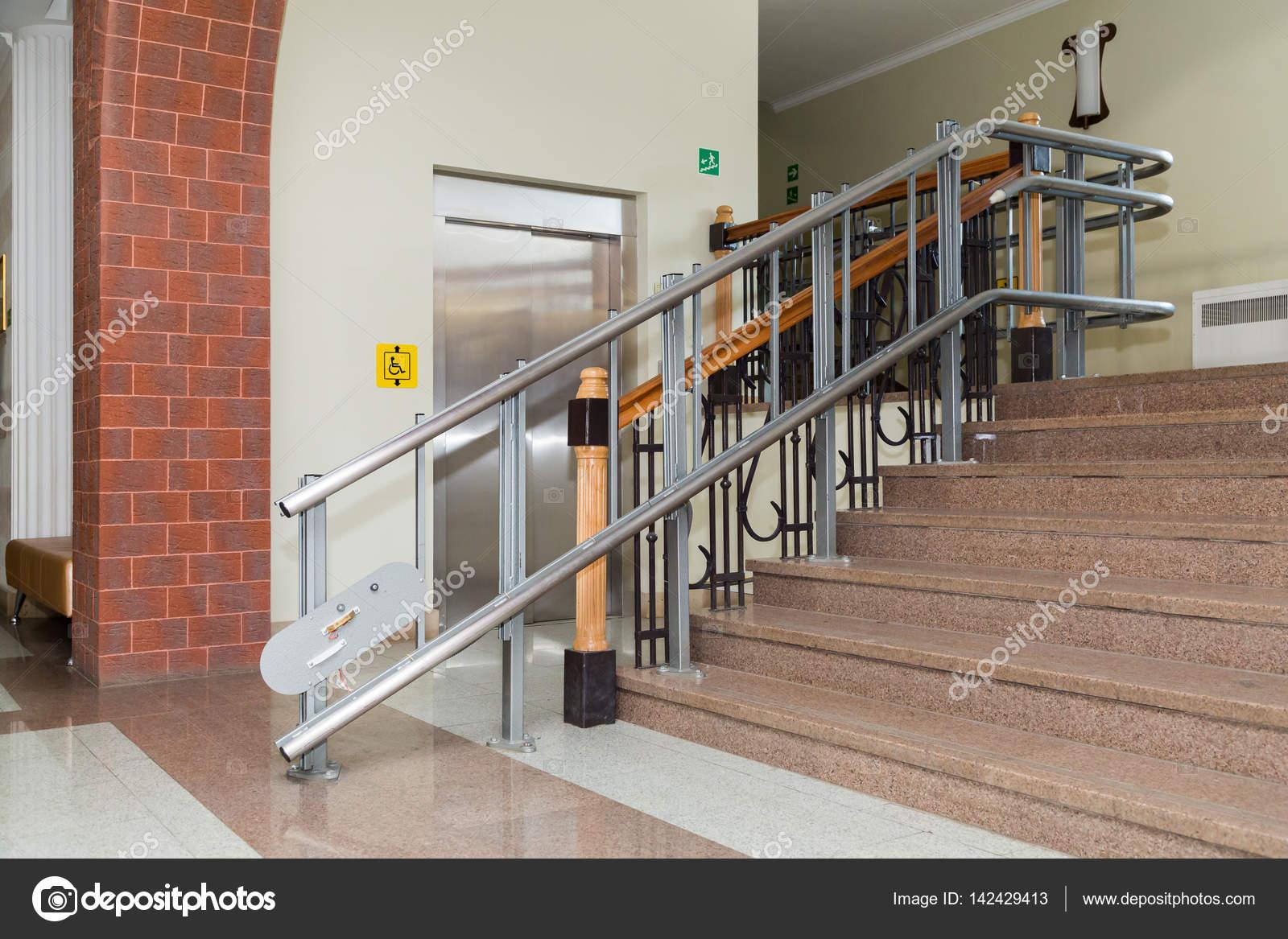 Silla elevadora para discapacitados escaleras del for Sillas para escaleras minusvalidos