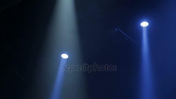 A kék fény a reflektorok át a füst, a színház teljesítése során. Világítási berendezés.
