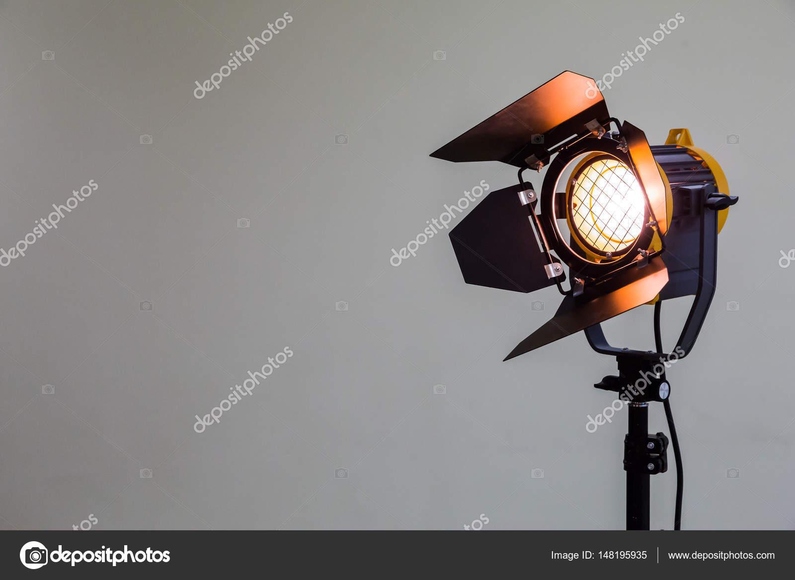Projecteurs Avec Ampoule Halogene Et Lentille De Fresnel Materiel D