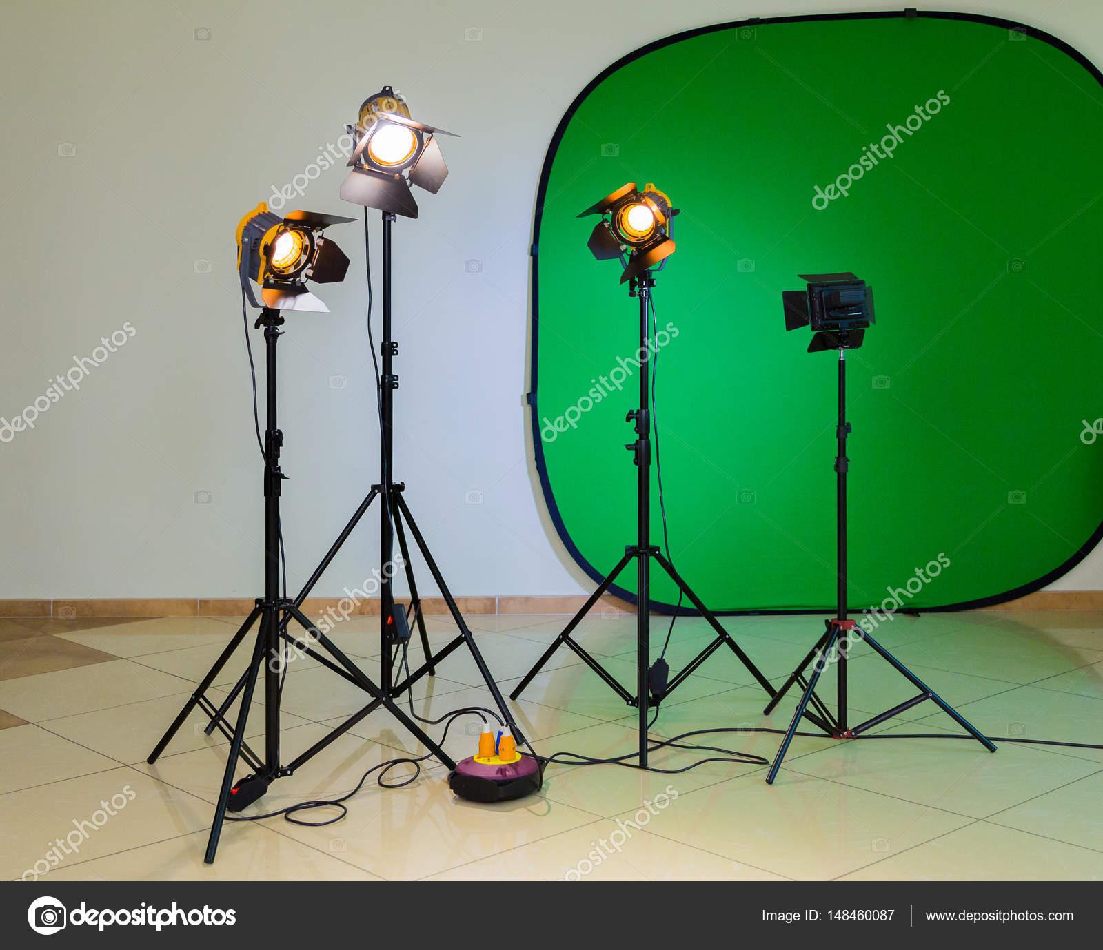 Beleuchtungsanlagen für Dreharbeiten im Inneren. Grüner Hintergrund ...