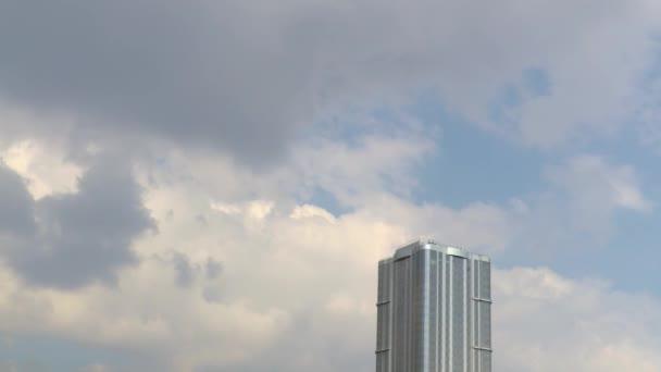 Mrakodrap proti obloze. Znamenalo to prostřednictvím modré oblohy. Čas-chyba nahrávání. Záběry v rozlišení 4k Uhd