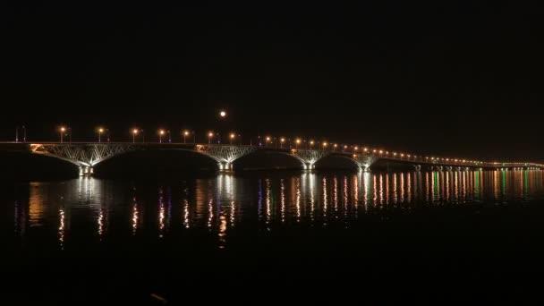 Dolunay üzerinde köprü yükselir. Hızlandırılmış. Saratov şehirler ve Engels, Rusya arasındaki yolu köprüsü. Volga Nehri. Arabalar ve sokak ışıkları gece ışıkları. 4k, Ultra Hd