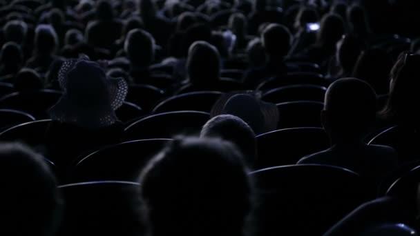 A közönség tapsolt, a teljesítmény vagy a bemutatót a színház. Videó a hátsó. Gyerekeknek és felnőtteknek egyaránt