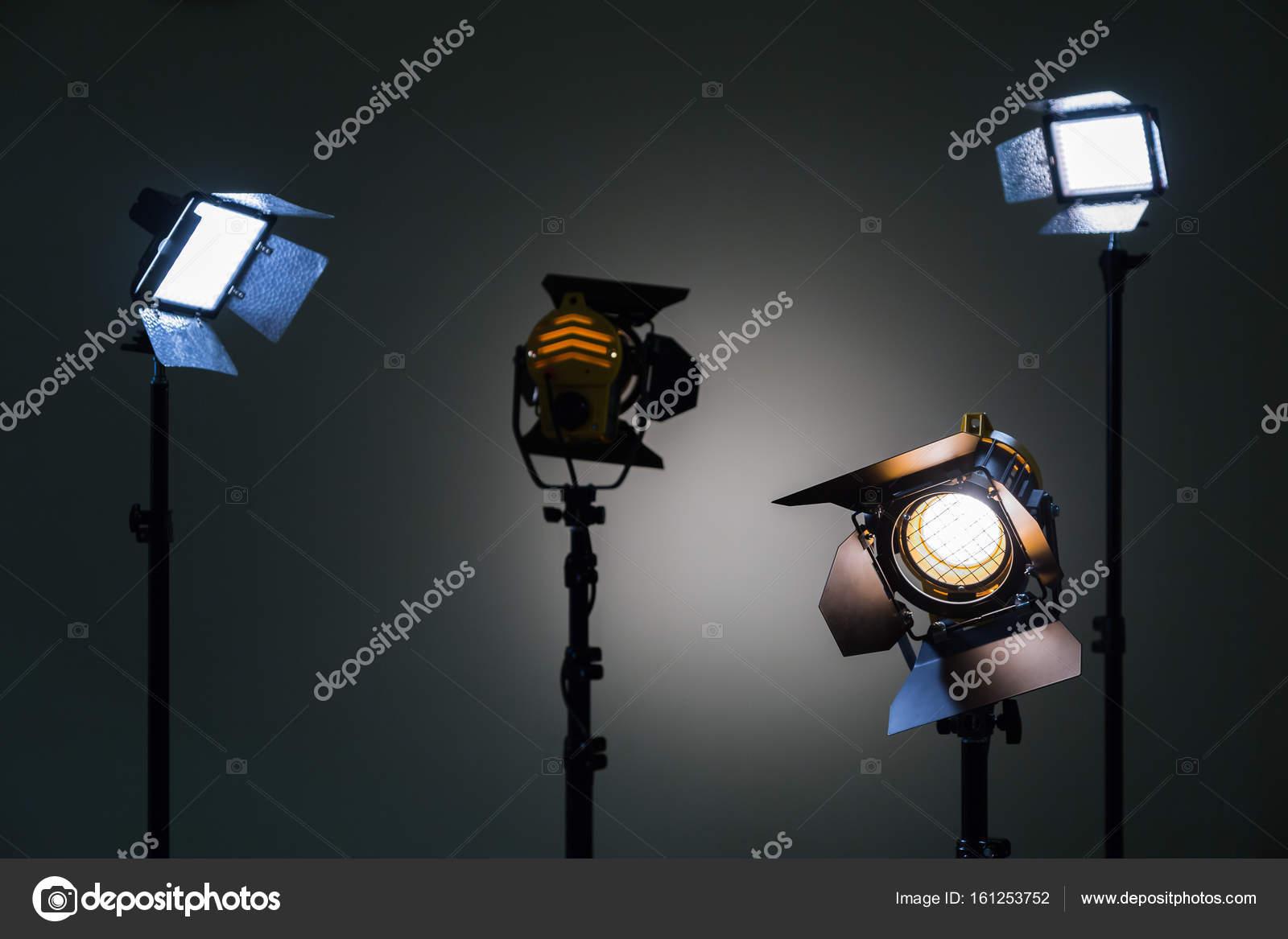 Deux Projecteurs Avec Lampes Halogenes Et Lentille De Fresnel Et