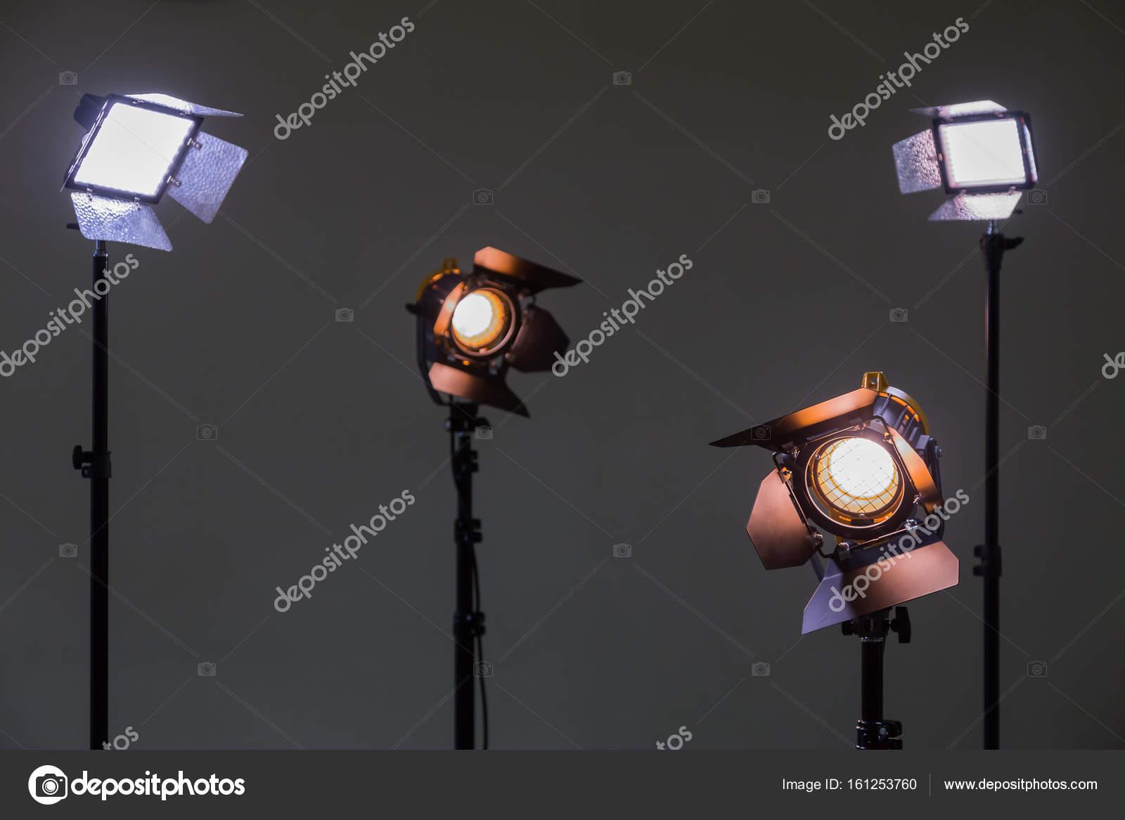Due proiettori con lampade alogene e lente di fresnel e due
