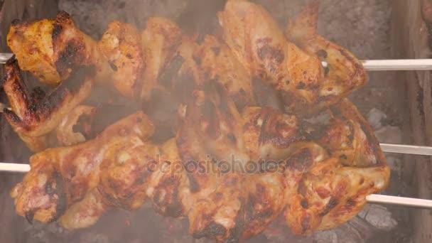 Kuřecí ražniči na uhlí. Video klip 4k