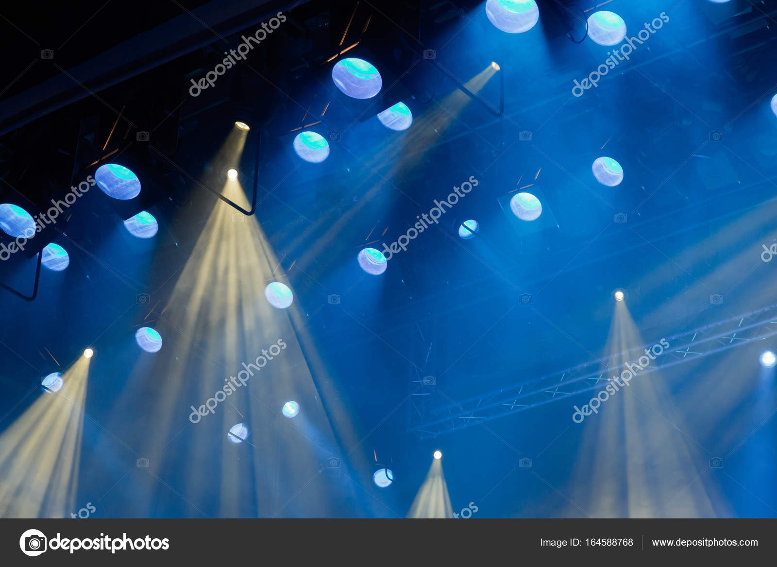 Apparecchiature di illuminazione sul palco del teatro durante la