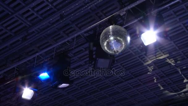 Zrcadlové disco koule. Divadelní osvětlení zařízení