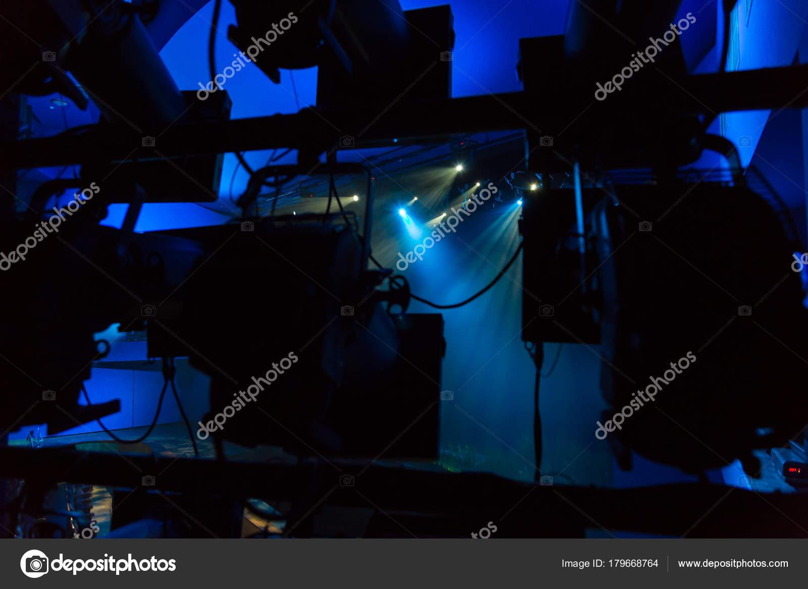 Apparecchiature illuminazione sul palco una produzione teatrale