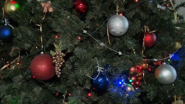 Zdobené vánoční strom. Nový rok. Vícebarevné ozdoby, girlandy a žárovky