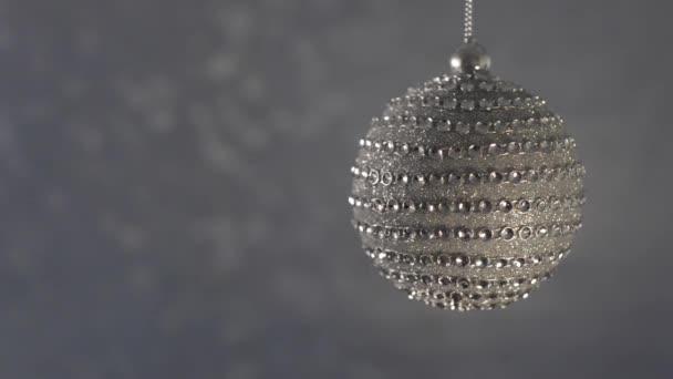 Sfera di Natale bello diamante su un bokeh sfondo argento