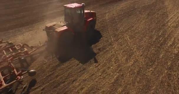 Anténa traktoru na poli sklizeň