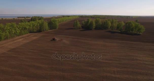 A traktor levegője a betakarítási területen